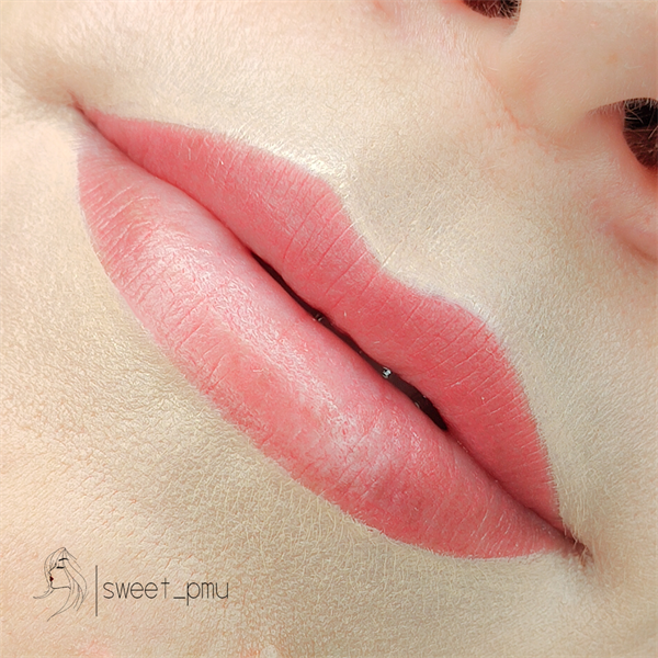 Lūpų permanentinis (ilgalaikis) makiažas.